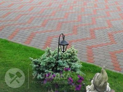 сочетсние тротуарного полотна с декором газонов